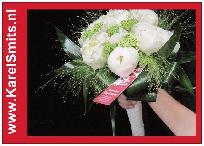 107 Bruidsboeket rondgebonden pioenroos wit